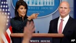 La embajadora de EE.UU. ante la ONU, Nikki Haley, y el asesor de Seguridad Nacional, H.R. McMaster, contestan preguntas durante una sesión informativa en la Casa Blanca.