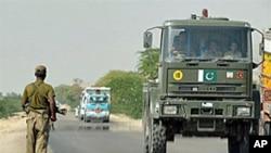 巴基斯坦士兵为运送军需的卡车警戒