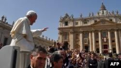 Le pape François salue la foule depuis la papamobile, sur la place Saint-Pierre au Vatican, le 8 avril 2018 .