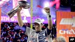 1일 미국 슈퍼볼 대회 최종 결승전이 열린 애리조나주 글렌데일 피닉스대 경기장에서 승리를 거둔 뉴잉글랜드 패트리엇츠의 쿼터백 톰 브래디 선수가 우승컵을 들어보이고 있다.