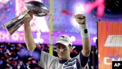 New England quarterback Tom Brady holds up the Vince Lombardi Trophy after the Patriots defeated the Seattle Seahawks 28-24 in Super Bowl XLIX, in Glendale, Ariz., Feb. 1, 2015.