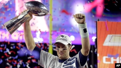 New England quarterback Tom Brady holds up the Vince Lombardi Trophy after  the Patriots defeated the 055060bd0