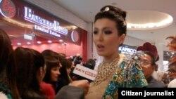 ရခုိင္႐ိုးရာဝတ္စံုနဲ႔ ႐ိုးရာဝတ္စံုၿပိဳင္ပဲြဝင္ခဲ့တဲ့ Miss Universe (Myanmar) အလွမယ္ မုိးစက္ဝိုင္ကို ႐ုရွားႏုိင္ငံ၊ ေမာ္စကိုက အလွမယ္ၿပိဳင္ပဲြက်င္းပရာမွာ ပဲြၾကည့္ပရိသတ္နဲ႔ အတူ ေတြ႔ရစဥ္။ (ဓာတ္ပံု ဦးေရာ္နီညိမ္း)