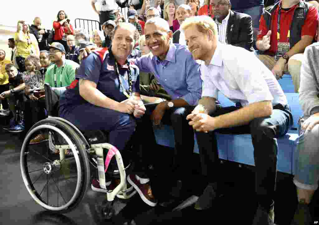Barack Obama et le prince Harry posent avec une personne handicapée lors des Jeux Invictus, Toronto, Canada, 29 septembre 3017.
