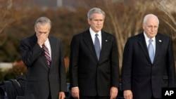 Predsednik Džordž W. Buš i potpredsednik Dik Čejni (d) na svečanosti u Pentagonu povodom odlaska sekretar za odbranu Donalda Ramsfelda sa položaja. 15. decembar 2006.