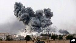 Khói bốc lên từ thị trấn Kobani ở Syria sau cuộc không kích của liên minh do Mỹ dẫn đầu chống lại các mục tiêu Nhà nước Hồi giáo.