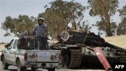 Phe nổi dậy trang bị vũ khí tiến vào Ajdabiya, 10/4/2011