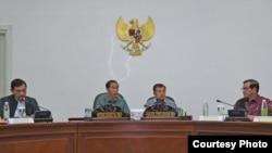 Presiden Joko Widodo didampingi Wakil Presiden Jusuf Kalla, Menkopolhukam Luhut Panjaitan (kiri) dan Sekretaris Kabinet Pramono Anung (kanan) di Kantor Preisen jakarta (21/3). (Foto: Biro Pers Kepresidenan)