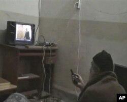 Osama bin Laden televizorda AQSh rahbari Barak Obamani tomosha qilmoqda... Surat o'ldirilishidan bir necha oy oldin olingani ma'lum.