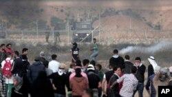 27일 시위를 벌이는 가자지구 팔레스타인 사람들