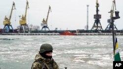 乌克兰士兵在乌克兰马里乌波尔港口巡逻。