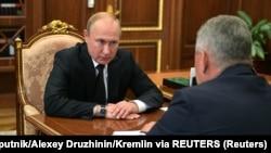 Vladimir Putin i Sergej Šojgu tokom razgovora (Foto: Sputnik/Alexey Druzhinin/Kremlin via REUTERS)