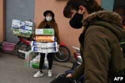 Một người phụ nữ mua giấy vệ sinh tích trữ giữa lo ngại nguy cơ virus corona lây lan, Hà Nội, ngày 7 tháng 3, 2020.