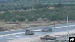 Tanques perseguindo rebeldes sirios