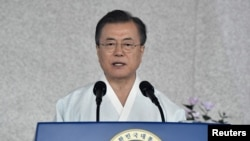 문재인 한국 대통령이 15일 충청남도 천안시 독립기념관에서 열린 제74주년 광복절 정부 경축식에서 축사를 하고 있다.
