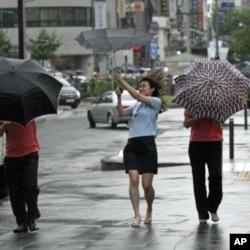Muifa brings rain, strong winds to Seoul, South Korea.