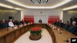 土耳其总理埃尔多安(中)8月1日在安卡拉主持最高军事委员会年度会议