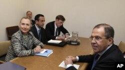 Ngoại trưởng Mỹ Hillary Rodham Clinton (giữa) và Ngoại trưởng Nga Sergei Lavrov (phải) trong cuộc họp tại trụ sở Liên Hiệp Quốc ở New York, ngày 12/3/2012