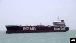 Tanker minyak berbendera Inggris, Stena Impero, yang direbut oleh Pengawal Revolusi Iran. Kapal tanker itu difoto di pelabuhan Iran di Bandar Abbas, Sabtu, 20 Juli 2019. (Foto: Kantor Berita Tasnim via AP)