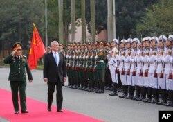 美国国防部长吉姆·马蒂斯(Jim Mattis)和越南国防部长吴春历于2018年1月25日在越南河内开始谈判之前检阅仪仗队。马蒂斯正在对越南进行为期两天的访问,以促进 两国的军事关系。