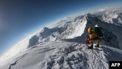Para pendaki gunung menuju puncak Gunung Everest di sisi selatan dari Nepal, 17 Mei 2018.