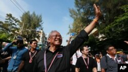 Cựu phó thủ tướng Thái Lan Suthep Thaugsuban chào những người ủng hộ ông trong cuộc tuần hành chống chính phủ ở Bangkok, Thái Lan, 27/1113