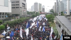 Ruas Jl MH Thamrin dari Bundaran HI menuju Jl Medan Merdeka Barat, lumpuh akibat demontrasi buruh (6/2). (VOA/Andylala Waluyo)