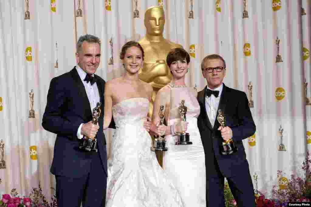 2013年2月24日,荣获奥斯卡最佳演员奖的詹妮弗·劳伦斯和Daniel Day-Lewis, 安·海瑟薇(Anne Hathaway), Christoph Waltz (A.M.P.A.S.图片)