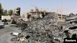 Trablus havaalanındaki çatışmalarda yanan bir uçağın enkazı