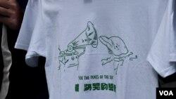 """香港眾志年宵攤位售賣反對""""明日大嶼""""人工島大型填海計劃的T恤。(美國之音湯惠芸)"""