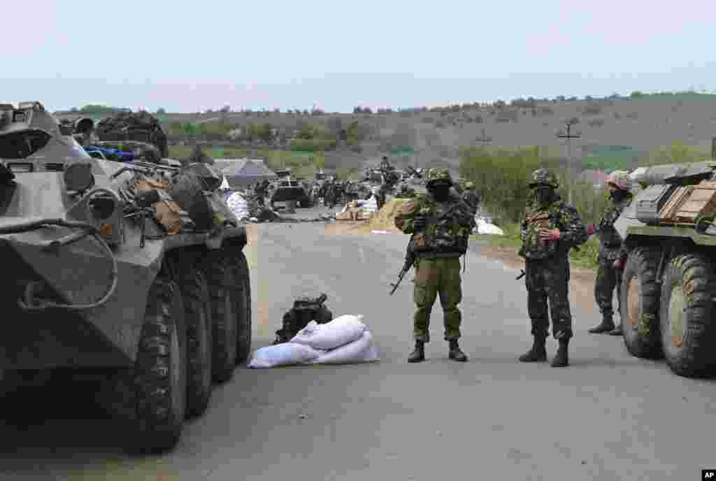 Ukrainian government troops guard a checkpoint just outside Slovyansk, eastern Ukraine, Friday, May 2, 2014.