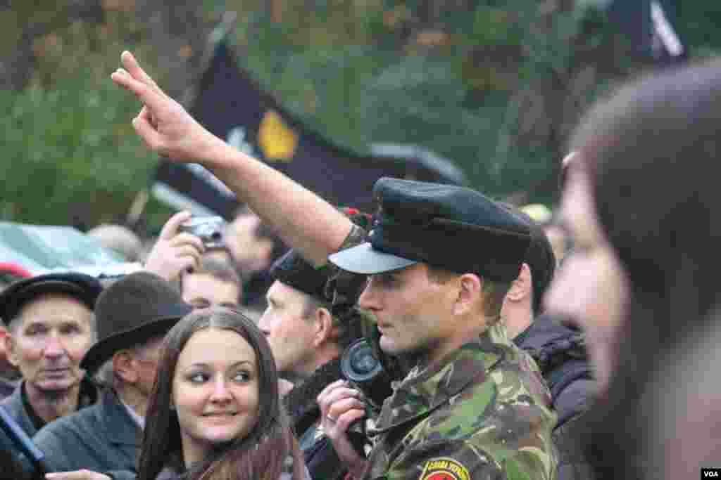 Традиционное приветствие для митингов партий правого толка - взмах руки вверх. Три пальца вместе символизируют украинский герб - Тризуб