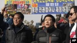 지난 1월 탈북단체인 자유북한운동연합과 미국 인권단체인 HRF가 서울 용산구 전쟁기념관 앞에서 대북전단 살포 관련 기자회견을 연 가운데 박상학 대표(가운데)가 취재진 질문에 답하고 있다. (자료사진)