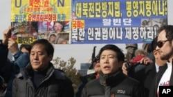 지난 1월 서울 용산구 전쟁기념관 앞에서 탈북단체인 자유북한운동연합과 미국 인권단체인 HRF가 대북전단 기습 살포 관련 기자회견을 열고 취재진 질문에 답하고 있다. (자료사진)