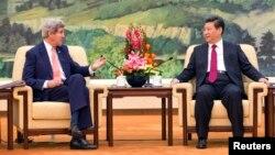 Ngoại trưởng Mỹ John Kerry nói chuyện với Chủ tịch Trung Quốc Tập Cận Bình tại Đại lễ đường Nhân dân ở Bắc Kinh, 14/2/2014