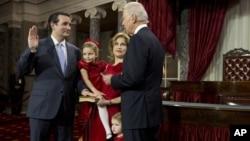 El vicepresidente Joe Biden toma juramento al senador Ted Cruz, el único hispano nuevo e el Senado.