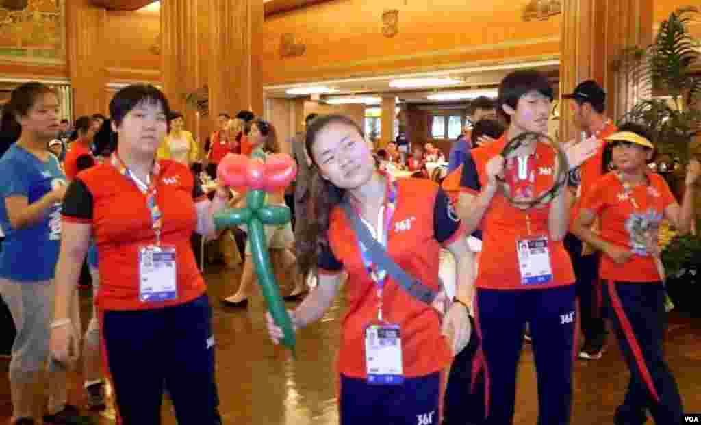 中国队在玛丽皇后号上起舞(美国之音包小祥拍摄) 6 sing.jpg