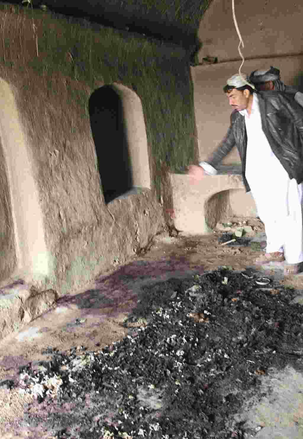 Un hombre señala las manchas de sangre en sitio donde testigos indican ocurrió la tragedia a manos de un soldado estadounidense, Panjwai.