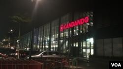Supermercado Candando, propriedade de Isabel dos Santos, Morro Bento, Luanda