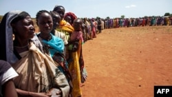 지난 5월 아프리카 남수단에서 식량 배급을 받기 위해 줄지어 서있는 난민들. (자료사진)