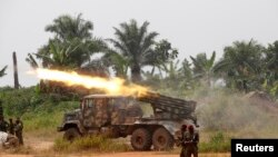Nesta imagem de arquivo, elementos do exército congolês lançam fogo contra as forças democráticas aliadas do Uganda, em Beni.