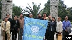 活动人士陈西(左五)在贵阳参与人权活动