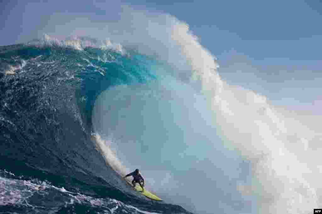 កីឡាករ Ryan Hippo Hipwood មកពីអូស្ត្រាលីប្រកួតនៅក្នុងការប្រកួត Peahi Challenge នៅកោះ Maui Island ក្នុងរដ្ឋ Hawaii កាលពីថ្ងៃទី២៨ ខែតុលា ឆ្នាំ២០១៧។