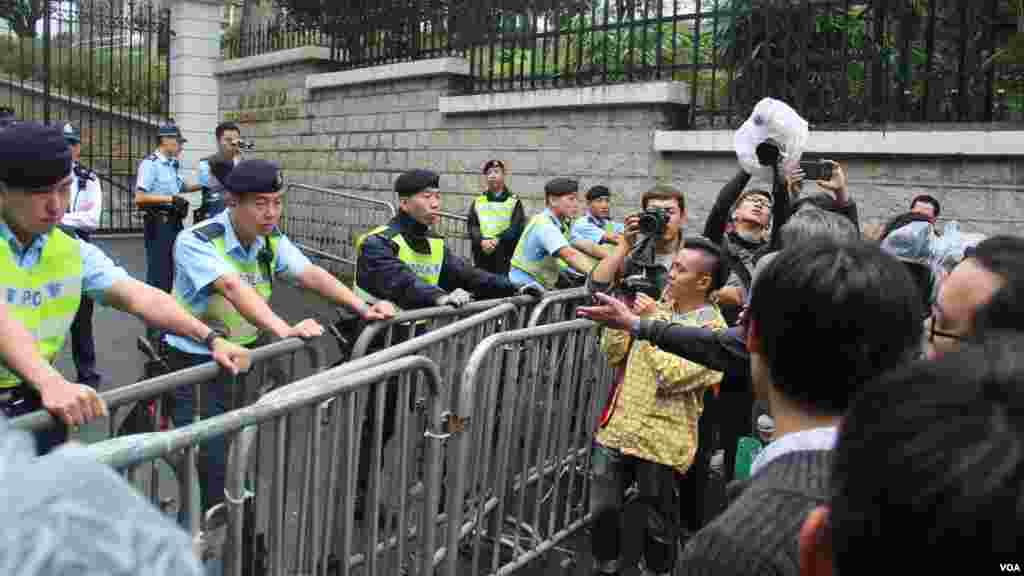泛民政黨遊行至禮賓府抗議司法覆核民選議員(海彥拍攝)