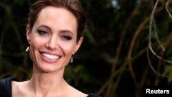 La directora y actriz Angelina Jolie informó que tiene varicela.