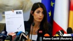Virginia Raggi annonce qu'elle rejette la candidature de Rome aux JO 2024 en conférence de presse à Rome en Italie, le 21 septembre 2016.