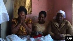 Les familles pleurent les victimes à Harare, Zimbabwe, le 4 août 2018.