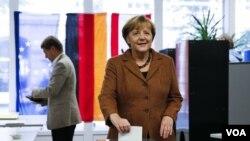 ທ່ານນາງ Angela Merkel ກໍາລັງປ່ອນບັດລົງຄະແນນສຽງ ທີ່ກຸງເບີລິນ ປະເທດເຢຍຣະມັນ