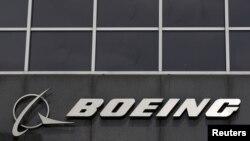 Logo Boeing di kantor pusat perusahaan tersebut di Chicago. (Foto: dok).