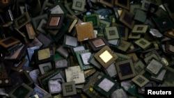 Tư liệu: Chip máy tính tại một cơ sở tái chế ở Tokyo ngày 15/10/2010. TT Trump cản thương vụ bán Lattice Semiconductor, công ty sản xuất chất bán dẫn của Mỹ, cho một công ty TQ vì cho rằng đây là một mối đe dọa đối với an ninh quốc gia.